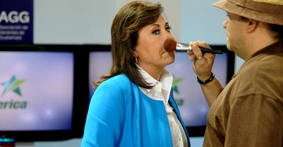 En la pausa los candidatos fueron maquillados.