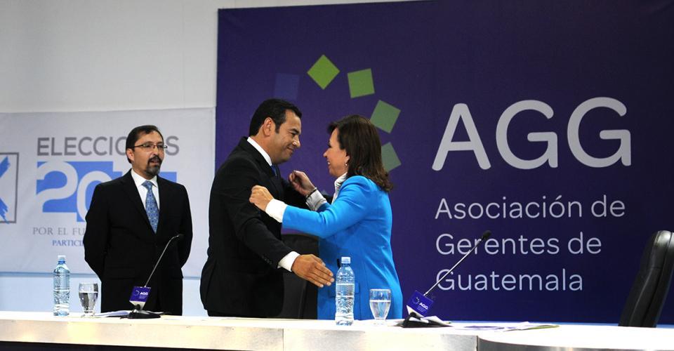 A petición del moderador, Luis Felipe Valenzuela, los candidatos se dieron un abrazo al finalizar el debate.