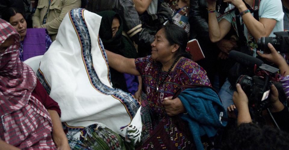 Rosalinda Tuyuc, representante de la Coordinadora Nacional de Viudas de Guatemala (CONAVIGUA), pasó a saludar a las mujeres de Sepur Zarco luego de la sentencia.