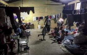 95 de los 235 comunitarios de la aldea El Quetzalito, Izabal, siguen albergados en una escuela del municipio de Puerto Barrios, esperando el finalizar del paso de la tormenta Iota