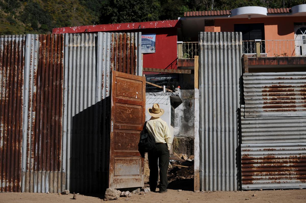 Un hombre observa lo que antes fue la sede de la Policía Nacional Civil.