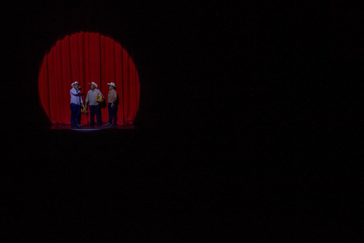 Los actores Hugo Aldana, Giovanni Aldana y Guido Rosal, los Tres Huitecos en escena.
