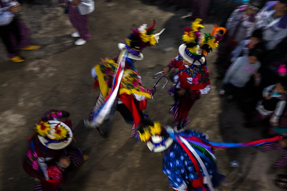 En la casa de los Mendoza, una de las más poderosas del pueblo, los jinetes bailan al ritmo de la marimba
