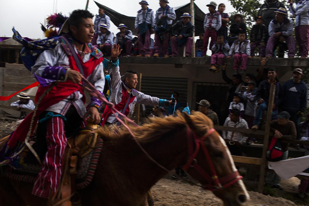 La carrera de caballos, el símbolo de la feria de Todos Santos, es una prueba de resistencia donde no hay ni ganadores ni perdedores