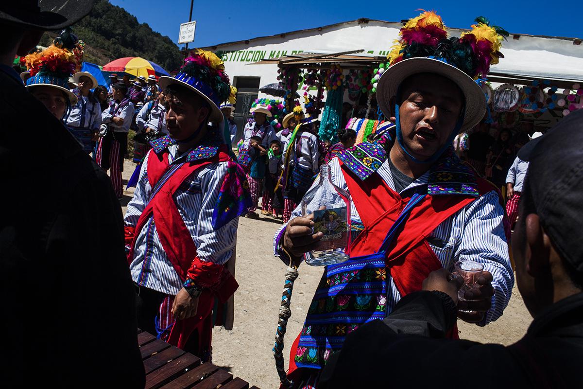 Para aguantar dos días de celebración seguida, músicos y bailarines consumen alcohol constantemente