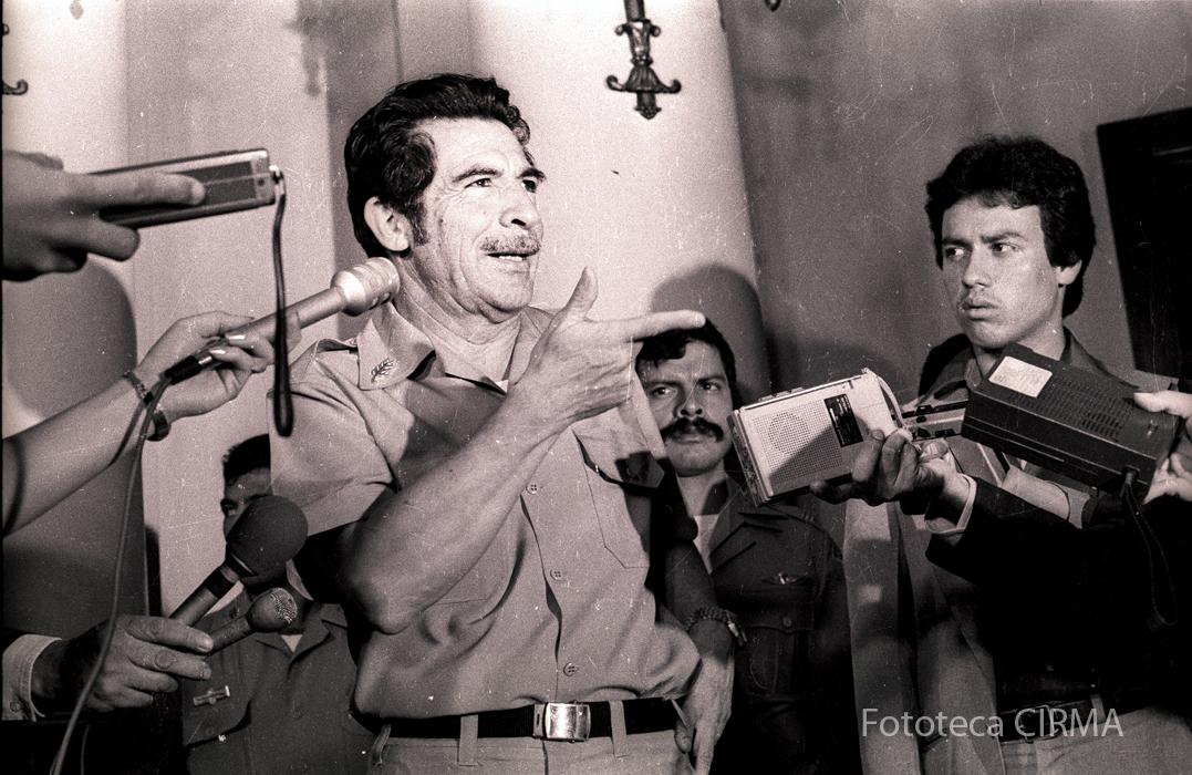 Efraín Ríos Montt en conferencia de prensa. En julio de 1982 decretó la creación de los Tribunales de Fuero Especial. Fotografías de El Gráfico/Fototeca CIRMA.