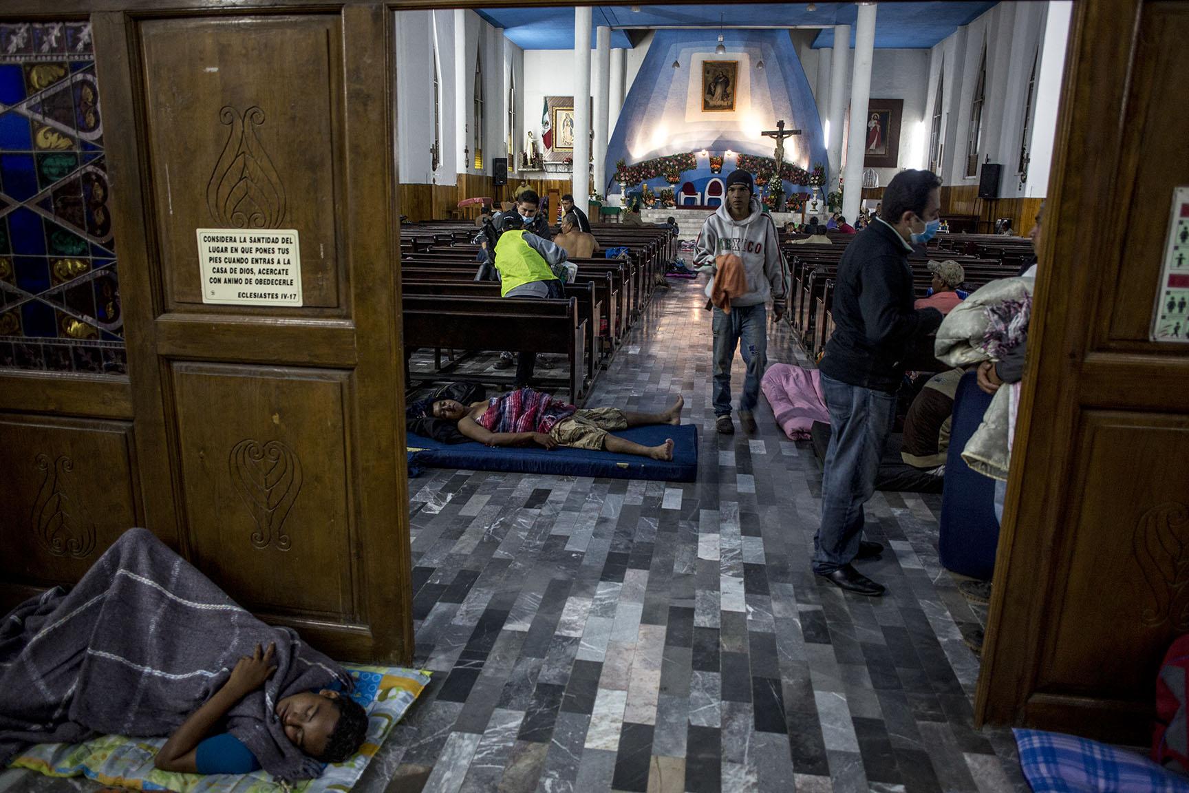 Los primeros migrantes llegados al albergue toman lugar en la iglesia de Nuestra Señora de la Asunción, en Puebla / Simone Dalmasso