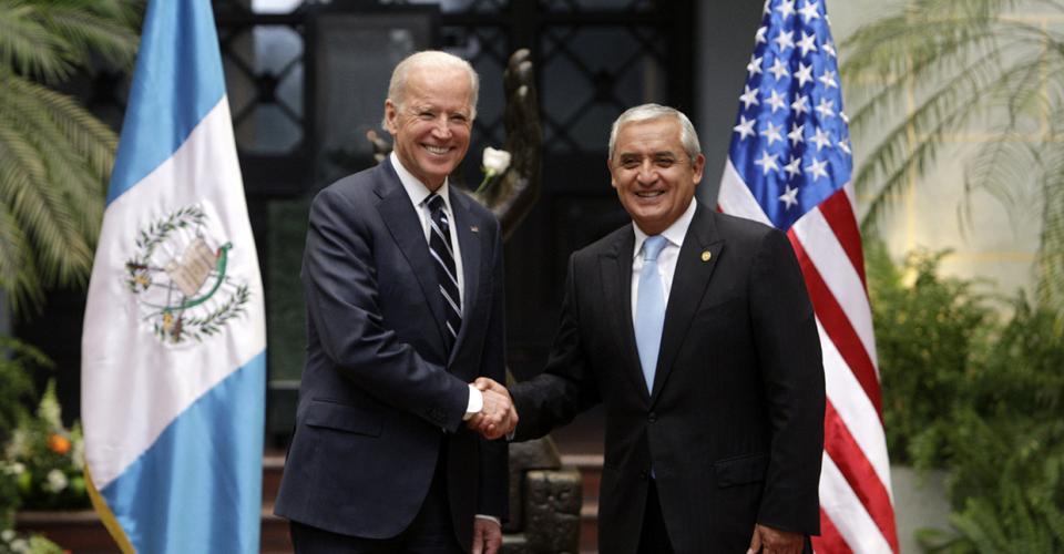 El vicepresidente de Estados Unidos, Joseph Biden, saluda al presidente guatemalteco, Otto Pérez Molina, el 2 de marzo de 2015, en el Palacio Nacional de la Cultura, en una visita oficial de dos días.